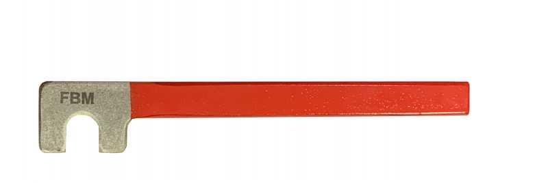 Acabamento envernizado na cabeça e corpo na cor vermelha. Conhecida também como chave de armador.